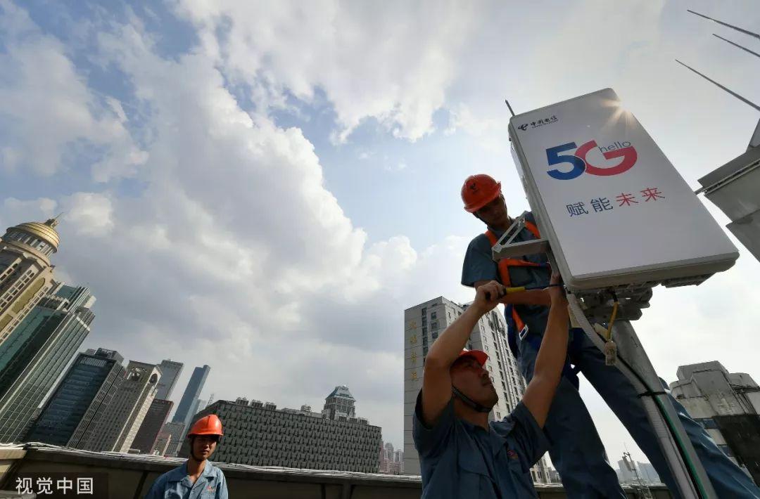 ▲资料图片:2019年7月,施工人员在南京鼓楼广场安装5G设备。