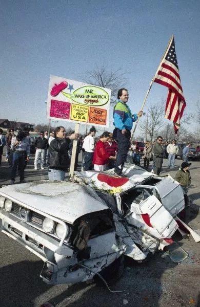 在上世纪的日美贸易战期间,美国人砸烂日本车以示不满。