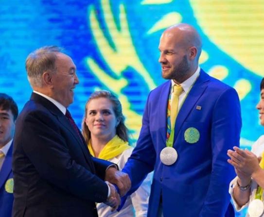 纳扎尔巴耶夫与拳击运动员莱维特握手