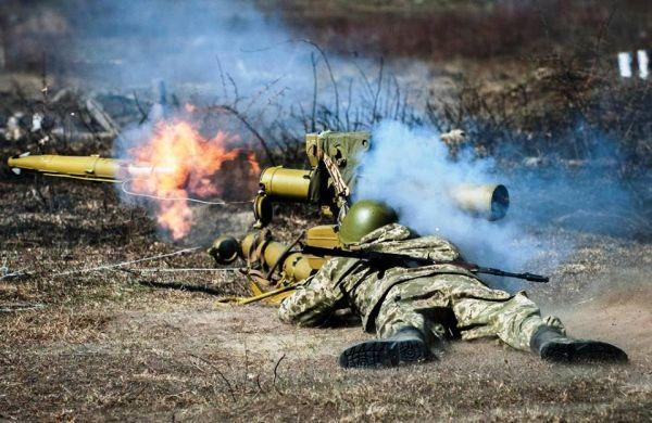 """原料图片:乌克兰士兵试射""""竞赛""""-M逆坦克导弹。(图片来源于网络)"""