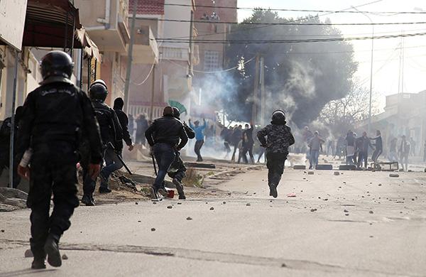 突尼斯西部卡塞林省的街头再次陷入死路怒和紊乱之中。当地时间2018年12月25日,突尼斯卡塞林,抗议者与警察发生冲突。视觉中国 图