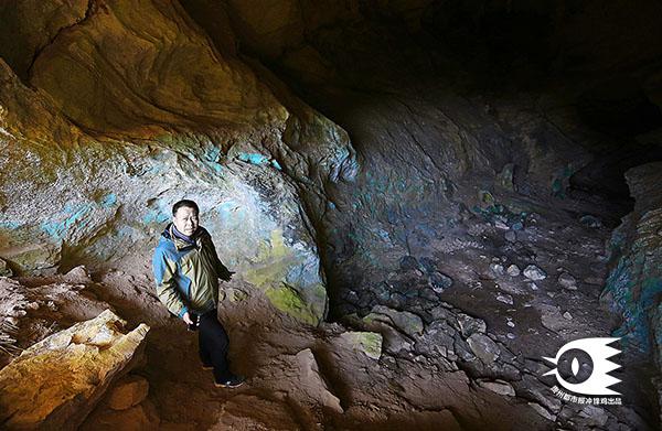 芦荻哨村周围的山洞有着明显的人类活动痕迹,墙壁上的荧光物质据说是蝙蝠尿。