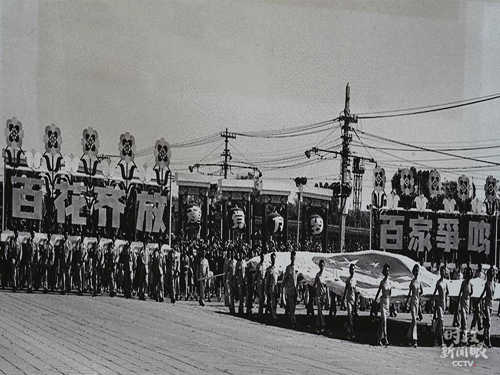 △在新中国成立初期(1950─1959年),每年的国庆都举行大型庆典活动。这是1957年国庆的群众游行。