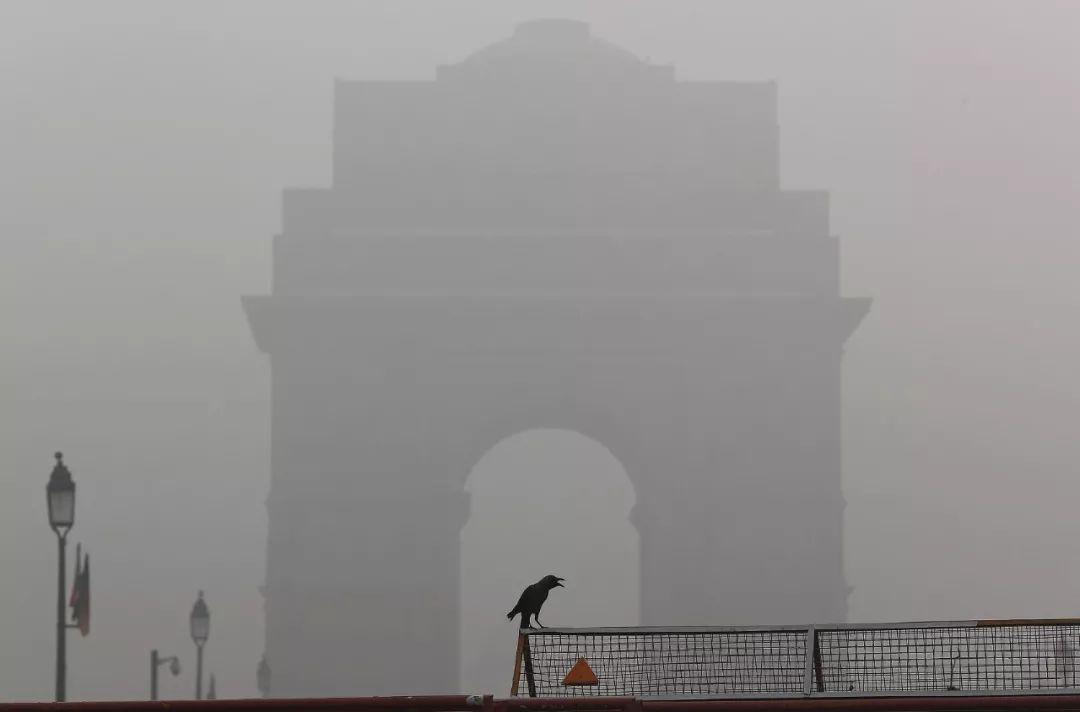 印度首都新德里雾霾爆表至999 待一天=抽烟33根