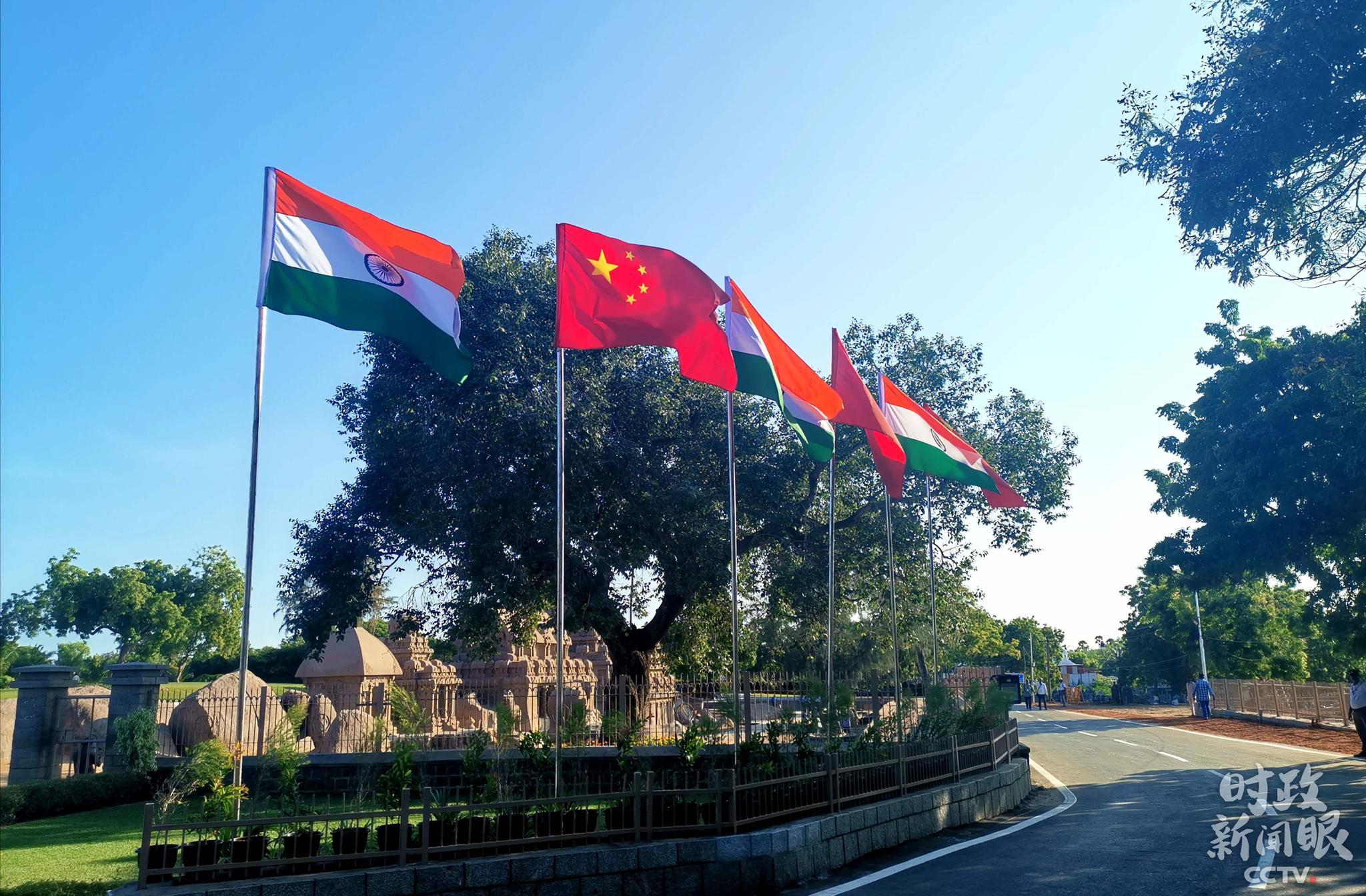 △古寺庙遗址前挂上了中印两国国旗。(央视记者张宇拍摄)
