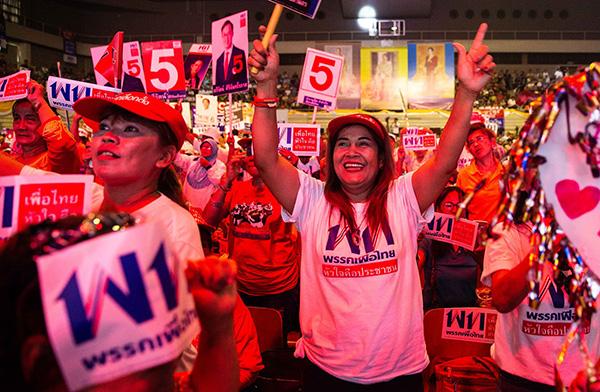 当地时间2019年3月22日,泰国曼谷,泰国将于24日举行大选,参加本次大选的主要政党都举行了选前最后一次竞选拉票活动。 视觉中国 图