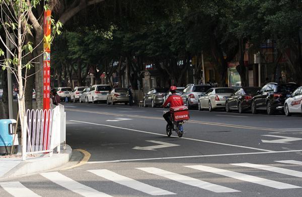 2016年,广州,某外卖员在机动车道反向走驶。视觉中国 原料图