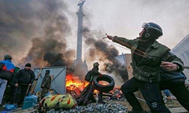 在乌克兰抗议活动中警方与抗议民多爆发冲突 图自《卫报》