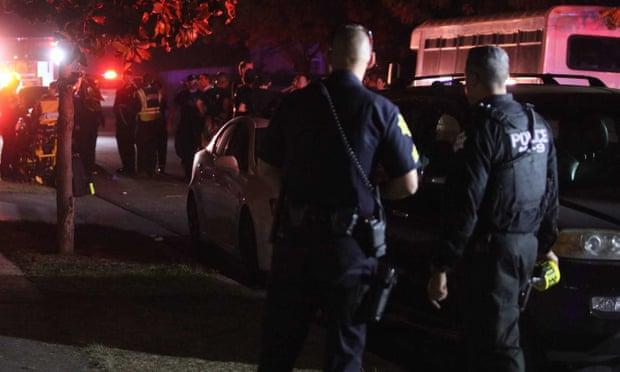 (枪击现场的警察和急救人员。图源:美联社)