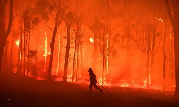 澳大利亚消防人员正在救火(英国《卫报》)