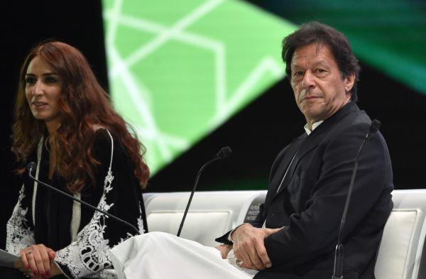 """巴基斯坦总理伊姆兰·汗珠(右)23天在沙特首都利雅得与""""前途投资倡议""""大会(法新社)"""
