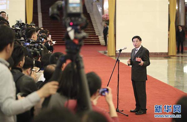 """3月5日,工业和信息化部部长苗圩在""""部长通道""""接受采访。"""