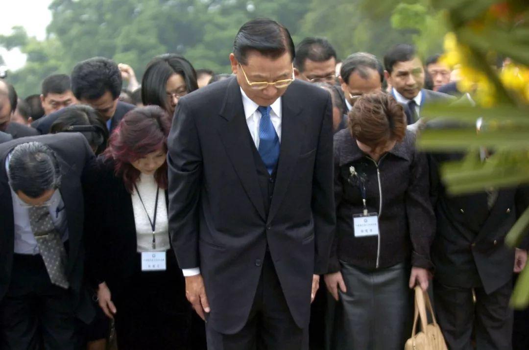 2005年3月29日,在广州黄花岗七十二烈士陵园,中国国民党副主席江丙坤(前)率领中国国民党大陆参访团致祭,缅怀先烈。这是56年来中国国民党首次派代外团前来致祭。当天是中国近代史上著名的广州首义95周年祝贺日,也是黄花岗七十二烈士殉难祝贺日。新华社记者 刘大伟 摄