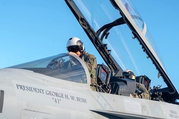 """凯文·麦克劳林的座机将会被漆上""""乔治·H·W·布什总统,第41任"""" 图源:美国海军"""