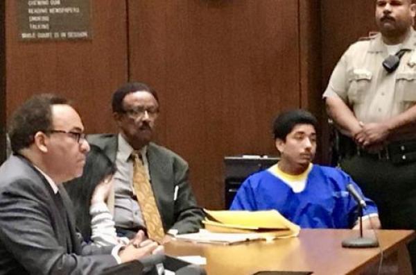 13日法庭現場,正面穿囚服者為罪犯迪卡門,罪犯谷艾瑞羅躲避鏡頭,藏匿在左側兩名律師之間。(圖片來源:美國僑報 法庭指定攝影師拍攝)