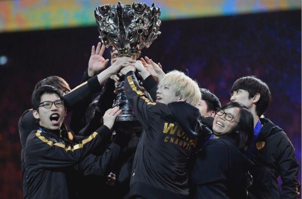 压倒性胜利战胜欧洲队 中国战队夺《英雄联盟》全球冠军