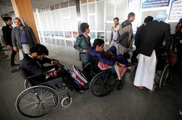 受伤的胡塞武装士兵将被送去阿曼进走治疗。视觉中国 图