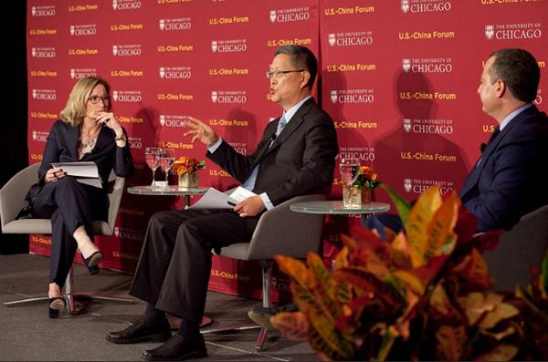 2016年10月,何亚非(中)出席在芝添哥大学举办的第二届中美论坛。