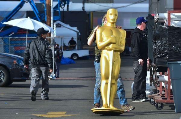 在美国加利福尼亚州好莱坞,一名工作人员搬运奥斯卡小金人雕像。(新华社/法新)