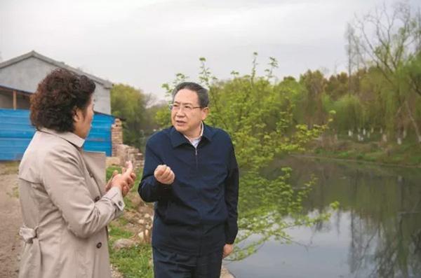 3月27日,安徽省委书记李锦斌在马鞍山市雨山河沙塘段河道调研城市污水治理。 记者 李博 摄