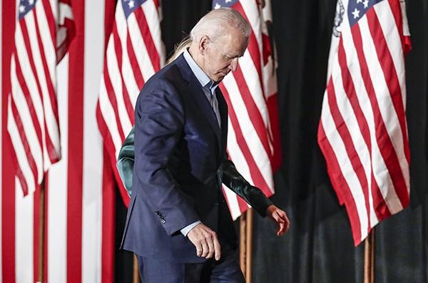 2月3日,在美国艾奥瓦州得梅因,美国民主党竞选人、前副总统拜登(前)参添民主党党内预选之夜的集会后准备脱离。新华社 图