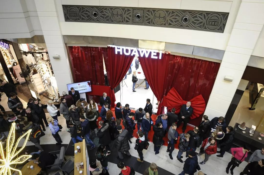 ▲图为华为公司波兰首家专卖店的开业仪式现场。(新华社)