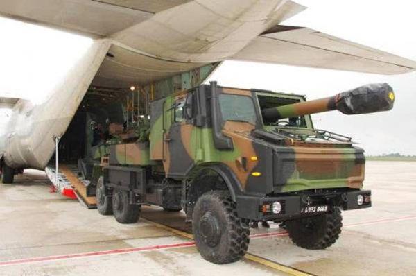 """""""恺撒""""卡车炮从C-130运输机的货舱中驶出"""