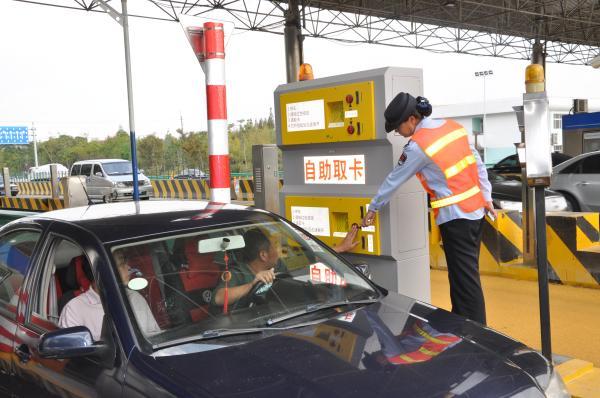 2012年10月11日,上海高速公路第一台自动发卡机在迁建完成后的G1501嘉定城区收费站投入试用。