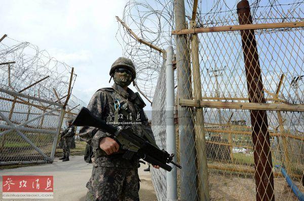 原料图:全副武装的韩军前沿哨兵。