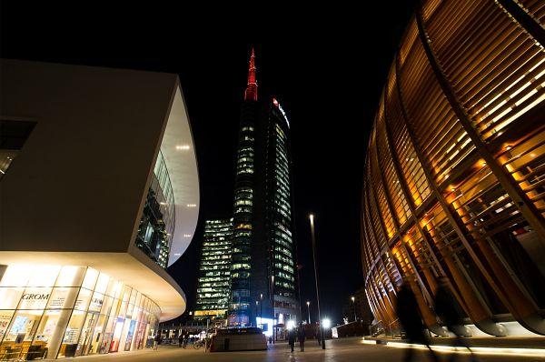 这是2月13日在意大利米兰拍摄的裕信银行塔。 (新华社)