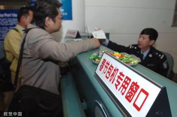 ▲资料图片:2006年2月4日,厦门市公安局开辟专用通道为乘坐包机的台胞办理手续。