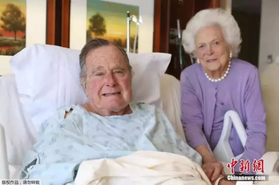 原料图:图为1月23日,老布什和妻子芭芭拉(Barbara Bush)在医院病房里相符影。