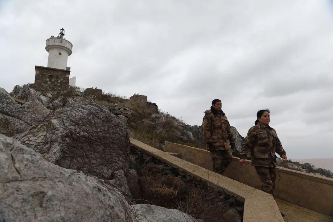 2017年2月21日,江苏开山岛,王继才夫妇在例走巡岛。新华社记者 韩瑜庆 摄