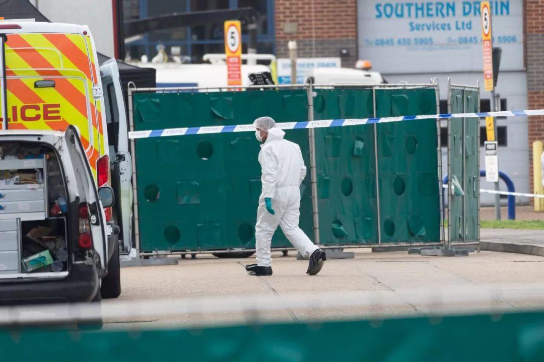 10月23日,在英国埃塞克斯郡一个工业园区内,一名法医在发现遗体的集装箱货车附近工作。新华社发(雷伊·唐摄)