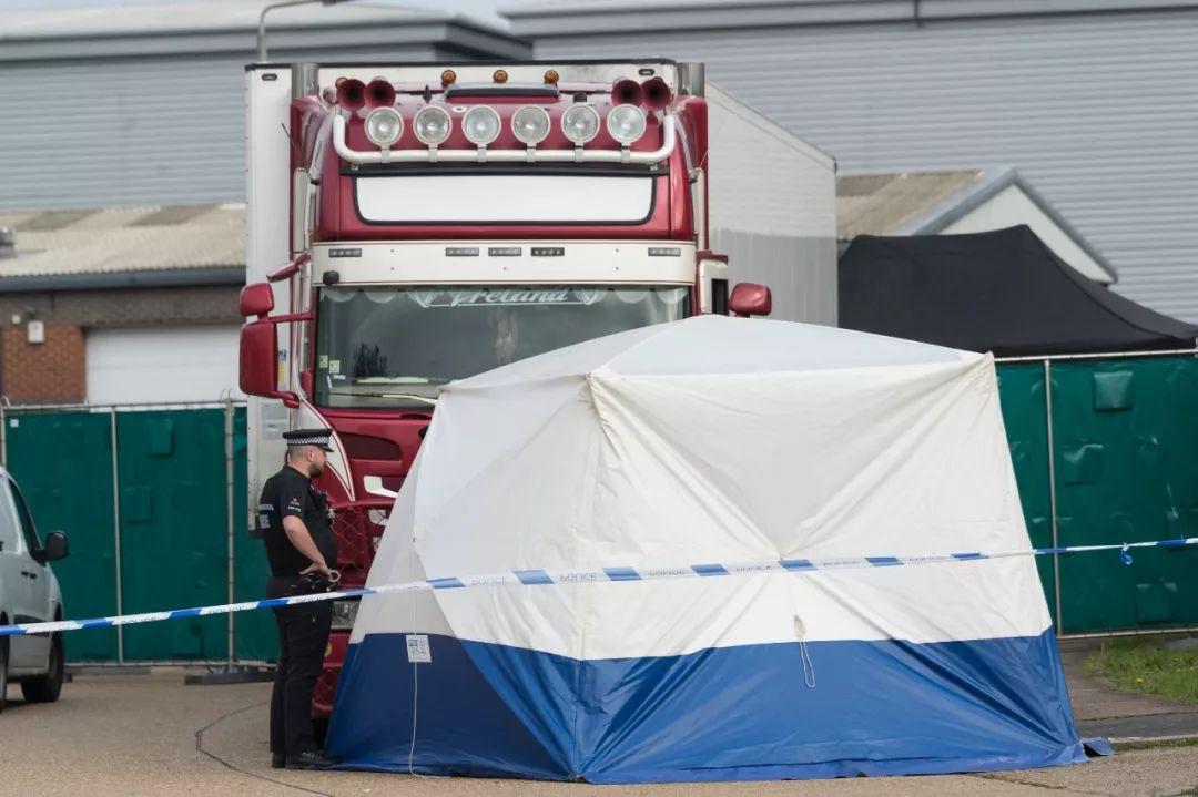 10月23日,在英国埃塞克斯郡一个工业园区内,警察在发现遗体的集装箱货车附近警戒。新华社发(雷伊·唐摄)
