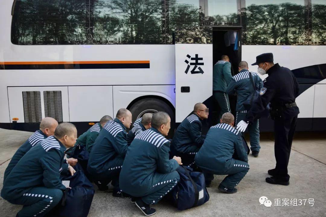 ▲犯人列队上车前往火车站。新京报记者 郑新洽 摄