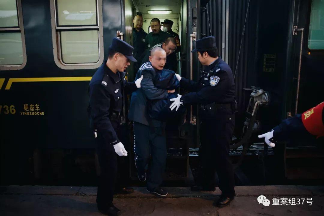 ▲列车抵达遣送地,服刑人员拿好随身行李,在民警的指挥下挨个走下列车。新京报记者 郑新洽 摄