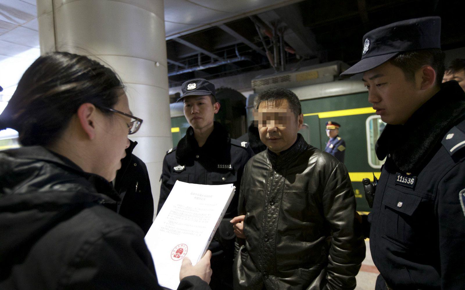执行法官在火车站台向郭某宣读拘留决定书。法院供图