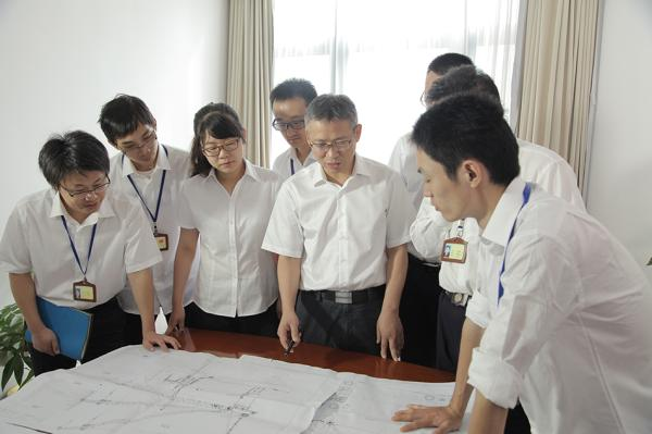 费龙(左五)与团队。段雪琼 图