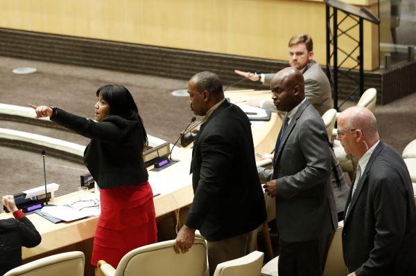 资料图片:美国发起的指责古巴违反人权的一场会议10月16日在纽约联合国总部遭到数国外交官强烈抗议。古巴常驻联合国代表卡梅霍(左一)说,美国没有资格在人权方面对其他国家指手画脚。新华社记者李木子摄