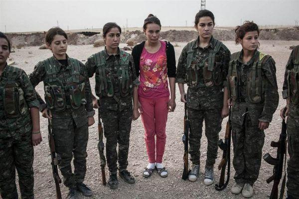 图为叙利亚库尔德武装中的女兵士