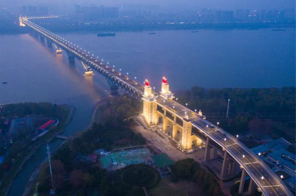 图说:南京长江大桥团体亮灯展露新颜,夜幕下似乎发光巨龙。视觉中国
