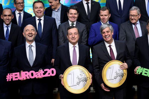 欧元集团领导人12月3日在布鲁塞尔祝贺欧元发走20周年(法新社)