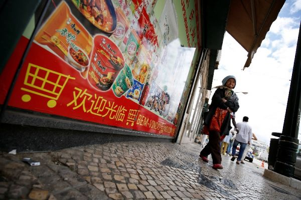 中国在一些欧洲国家的影响力也在日益增强。图为葡萄牙里斯本街头的中文广告