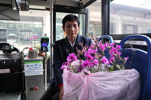 年过七旬的周姨妈给公交车送花7年,约每月送一次。受访者供图