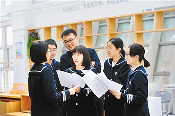 <p>学生们在讨论提案内容。西安日报 图</p>