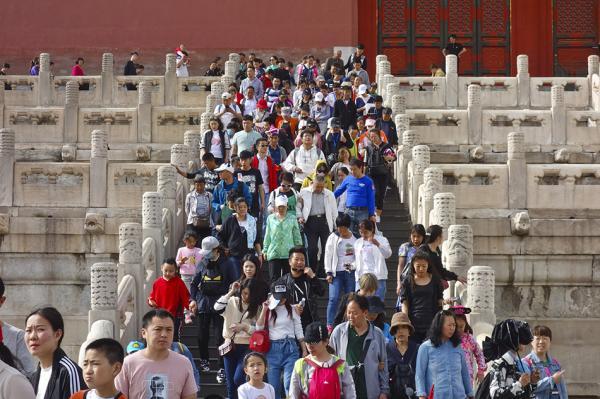 2018年5月1日,游客在北京故宫游玩。2018年五一节假期故宫日均接待八万人。 视觉中国 图
