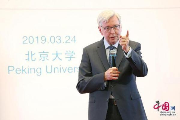 """图普校长在""""大学堂北大讲坛""""发表题为《焦虑时代下的全球大学》 的演讲。 中国网 图"""
