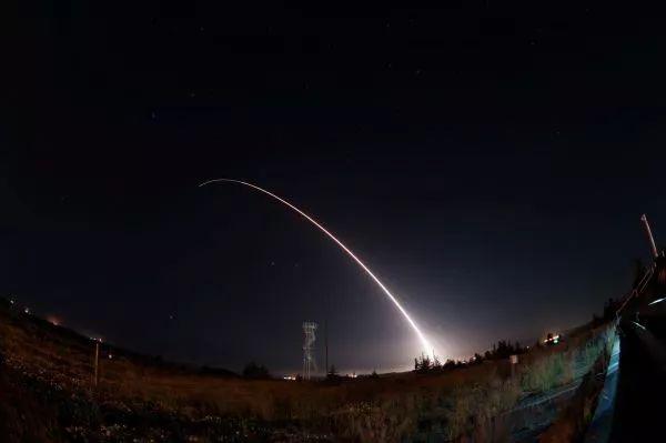 """▲资料图片:2017年4月26日,美国空军从加利福尼亚州范登堡空军基地发射一枚""""民兵""""Ⅲ型洲际弹道导弹。"""