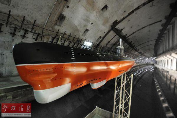资料图片:巴拉克拉瓦地下潜艇基地内的潜艇还原模型。